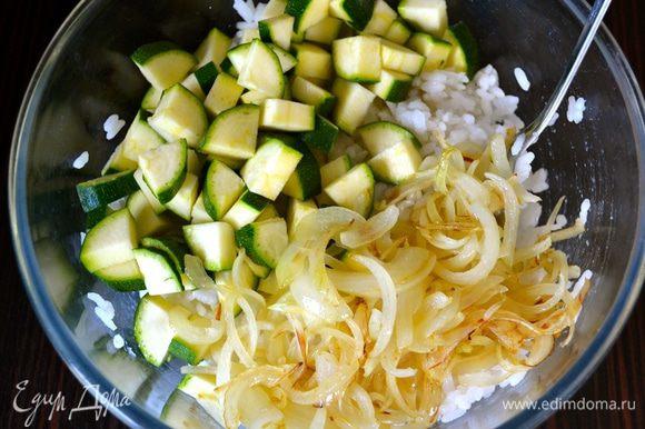 В миску с остывшим рисом положить нарезанные цукини и лук.
