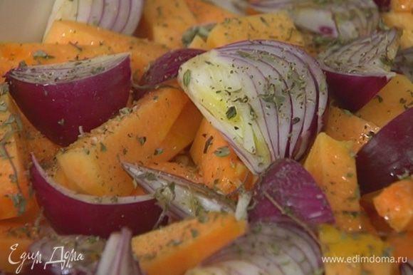 Посыпать овощи частью листьев тимьяна, посолить, поперчить, сбрызнуть 2 ст. ложками оливкового масла.