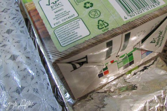 Затем снова затянуть форму фольгой. На фольгу положить большую прямоугольную коробку с соком (гнет). Террин с гнётом убрать в холодильник (12-24 часа).
