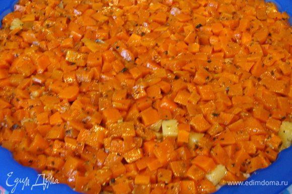 Последний слой из моркови. Все придавливать вилкой, чтобы салат приобрел форму.