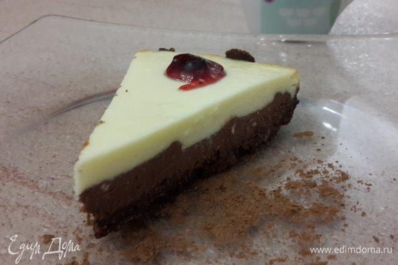 Выключаем духовку и оставляем в ней чизкейк на час для остывания (с приоткрытой дверцей). Затем ставим десерт в холодильник до полного остывания (лучше на ночь). Перед подачей украсить клюквенным джемом. Приятного аппетита!