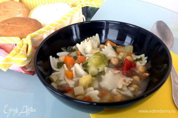 Разлейте суп в теплые тарелки и посыпьте тертым пармезаном (вот про пармезан я и забыла, и добавила его уже когда суп наполовину съели). Приятного аппетита!