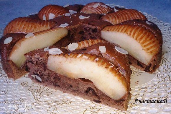 Разогреть абрикосовый конфитюр (варенье) и обмазать им пирог со всех сторон. Посыпать миндальными лепестками (их можно предварительно обжарить до золотисто-коричневого цвета на сковороде без масла). Приятного аппетита!