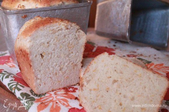 Тем временем разогреваем духовку до 180 градусов, а лучше сделать это заранее. Через пол часа ставим хлеб в духовку примерно на полчаса, до сухой зубочистки.