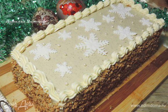 """Бока торта обсыпаем полученной крошкой. Верх торта украшаем по желанию. Я оформила торт бордюром из оставленного крема, съедобными """"жемчужинками"""" и мастичными снежинками. Готовый торт должен постоять в холодильнике перед подачей минимум час, лучше больше."""