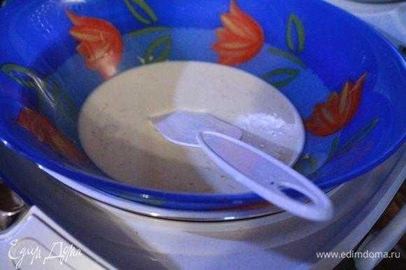Взбить яйцо со сливками и солью, добавить крахмал, сахар, перец, тертую цедру и горчицу. Снова взбить и поставить соус на водяную баню. Готовить, помешивая, пока соус не загустеет. Обычно на это уходит 5-10 минут.
