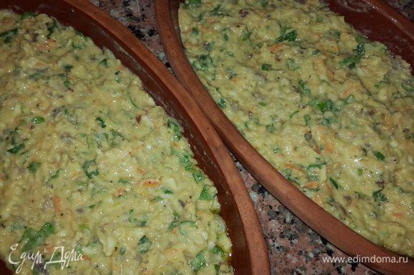 Тарелки для запекания хорошенько смазываем оливковым маслом, равномерно выкладываем смесь и отправляем запекаться в духовку при температуре 200С примерно на 10-15 минут.