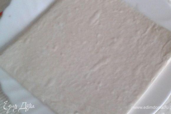 Тесто слоеное разморозить, раскатать пласт 0,3 см толщиной.