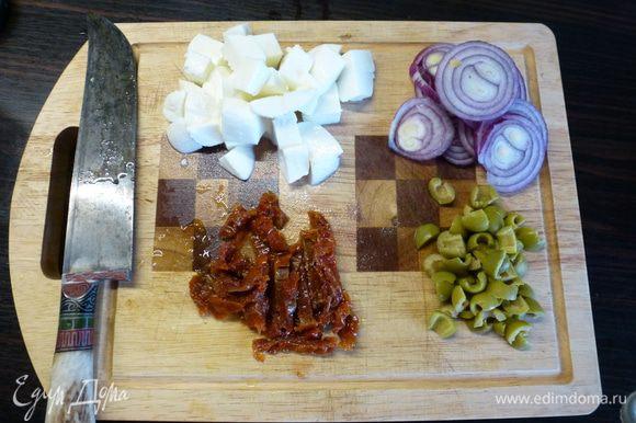 Моцареллу нарезаем кубиком, вяленые помидоры - полосками, оливки - четвертинками, лук - кольцами.