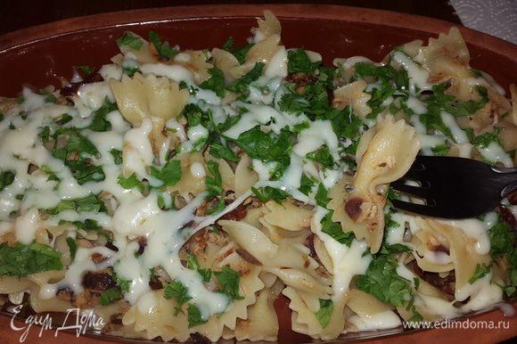 Сразу подавать. В глиняных тарелках паста дольше останется горячей. Наслаждайтесь прекрасным ужином. Приятного аппетита!