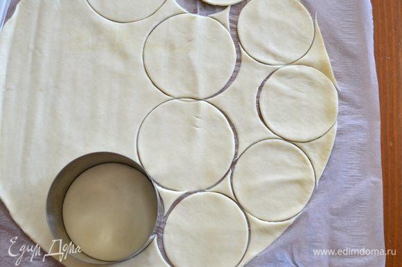 """Заранее подготовленное песочное тесто раскатать в тонкий пласт. У меня уже готовое тесто, но можно его приготовить самостоятельно, как, например в этом рецепте - http://www.edimdoma.ru/retsepty/52455-kish-pirog-s-ryboy-i-ovoschami. Вырезать одинаковое количество кружков чуть большего размера, чем формочки, в которых мы будем выпекать """"корзинки"""" и столько же кружков чуть меньшего размера, которые будут служить """"крышечками"""""""