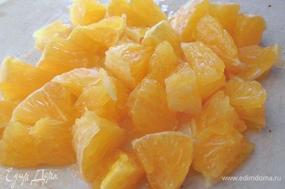 Апельсин очистить от кожуры, косточек и перегородок. Нарезать небольшими кусочками. Апельсин должен быть очень сочным! Но его не должно быть в салате очень много. Может быть, вместо половины нужно будет положить четвертинку. Все зависит от размера.