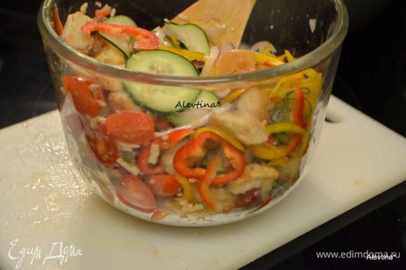 Смешать готовые сухари в емкости с анчоусной смесью, добавить овощи, оливки каламата без косточки, перемешать. Добавить соль и перец, перемешать.