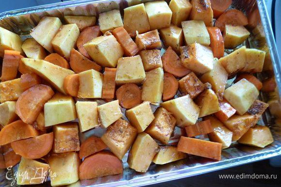 Выкладываем морковь и тыкву на противень и руками все перемешиваем, чтобы каждый кусочек покрылся маслом и травами.