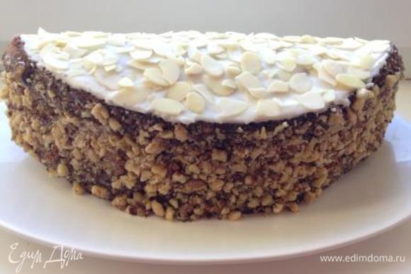 Для украшения можно смазать бисквит сверху и сбоку любым кремом или глазурью и присыпать орехами.