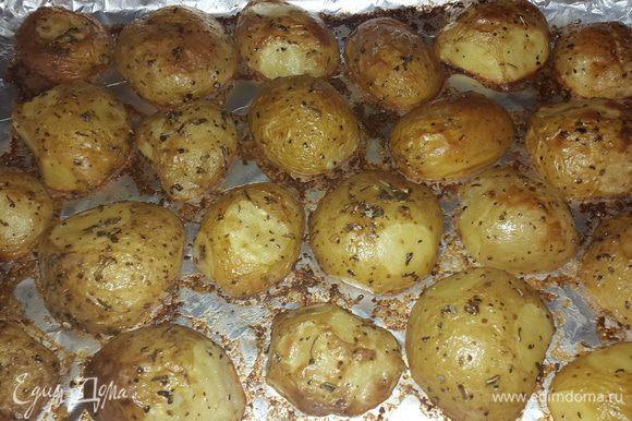 Картофель проверяем на готовность, достаем и даем постоять 3 минуты, чтобы он легко отходил от фольги.
