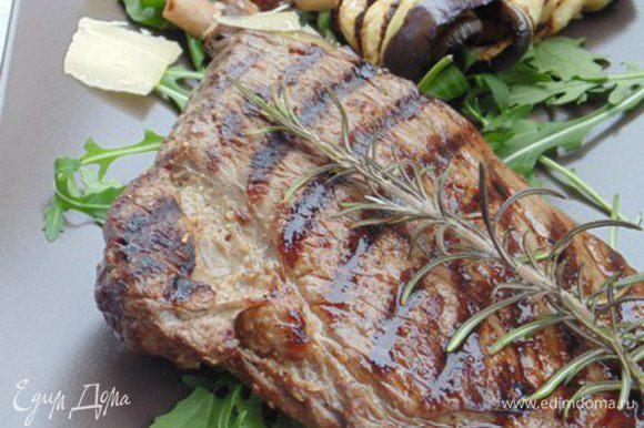 На подогретую сервировочную тарелку выложить овощи и готовый стейк, посолить крупной морской солью и украсить бальзамическим кремом.