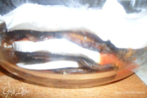 Полить томатным соусом и уложить еще слой баклажанов с томатами, а сверху опять слой моцареллы. Выпекать в разогретой до 220С духовке 20-30 минут, пока моцарелла не растопится и не приобретет коричневатый оттенок. У меня как всегда. очень коричневый оттенок, но если честно то эта корочка съедается первой. Приятного аппетита!!!