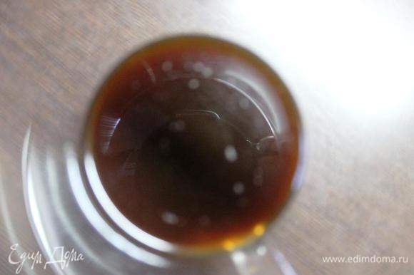 Тем временем варим крепкий эспрессо, процеживаем его от гущи. Сливки (у меня 20%, но чем жирнее, тем вкуснее) соединяем с сахаром, ставим на огонь, помешивая, доводим до полного растворения сахара. Не кипятим! Добавляем алкоголь. У меня ликер, можно заменить коньяком или ромом, уменьшив его количество в 2 раза. 50 мл сливок смешиваем с кофе. Добавляем к нему 1 ст. л. распущенного желатина (я предварительно процеживаю желатин через ситечко). Остальной желатин добавляем к сливкам и хорошо перемешиваем. Немного остужаем и ставим получившиеся массы в емкости с теплой водой во избежание преждевременного застывания.