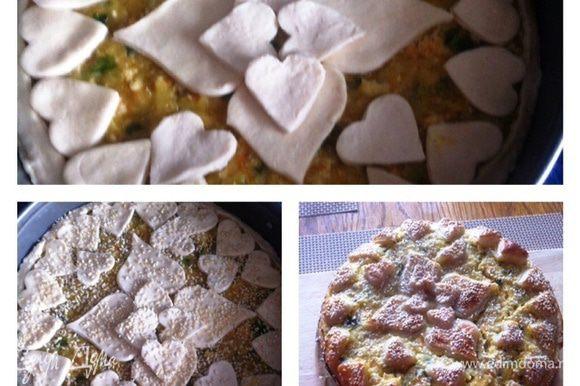 Раскатываем немного тесто, укладываем его в форму, сформировав бортики. Выкладываем нашу начинку, разравниваем и сверху украшаем по желанию, либо еще пласт теста, либо вырезаем полоски и укладываем по диагонали (у кого на что хватит фантазии). В моем случае пирог подавался на обед 14 февраля, я вырезала сердечки :) Смазываем пирог сверху взбитым яйцом, посыпаем кунжутом (по желанию). Отправляем пирог в разогретую духовку до 180С на 35-40 минут. Следим за своей духовкой, я накрывала фольгой, чтобы не сгорел кунжут.