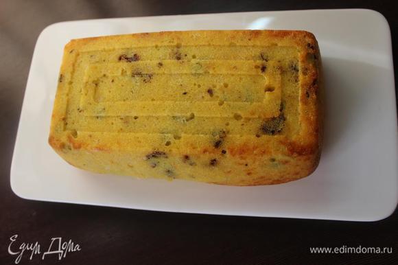 Вынуть пирог из духовки, дать минут 5 постоять, перевернуть на блюдо и снять форму.