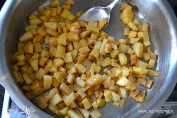 На сковороде тушить яблоки на среднем огне 10 минут. Воду и масло не добавлять. Затем добавить сахар и корицу и еще потушить 5 минут. Снять с огня и остудить.
