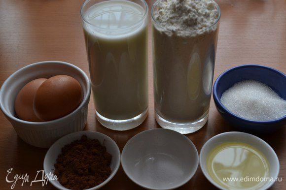Берём миску и добавляем туда яйца, соль, сахар, и половину молока. Перемешиваем. Добавим туда муку, размешаем. Если вылить сразу всё молоко, то будут комочки.