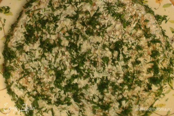Верх украшаем оставшимся соусом, рыбкой и мелко порезанным укропом.