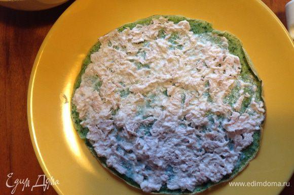 Пока блинчики остывают, готовлю начинку: слить с тунца жидкость (у меня тунец в собственном соку, 2 баночки по 130 гр нетто каждая), добавить мягкий творожок, оставив пару ложек (в ингредиентах почему-то не получается добавить его, выдает только мягкий сыр. Это в целом неважно, можно даже сметану просто добавить, только тогда на соль попробовать), размешать, можно добавить чесночок или лук - по желанию. Каждый блинчик смазать начинкой.