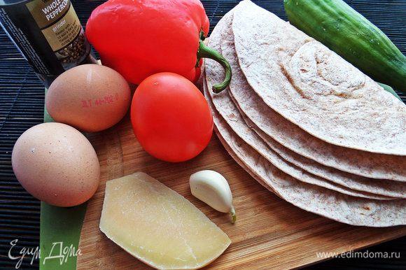 Обычно я готовлю на завтрак или перекус так: кладу одну лепёшку, взбиваю яйцо, размазываю его и сверху накрываю второй лепёшкой, прижимаю и переворачиваю. Второй вариант: лепёшка, тёртый сыр, снова лепёшка, обжариваю с двух сторон. Сегодня покажу всё вместе, да ещё с любимой рыбкой!