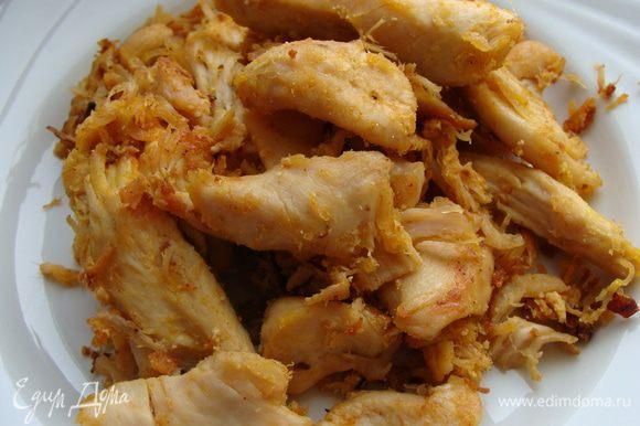 Филе вымыть, порезать на продольные кусочки. Протушить и обжарить на растительном масле, подсолить, добавить специи для курицы: куркума, паприка сушенная и другие по вашему вкусу.