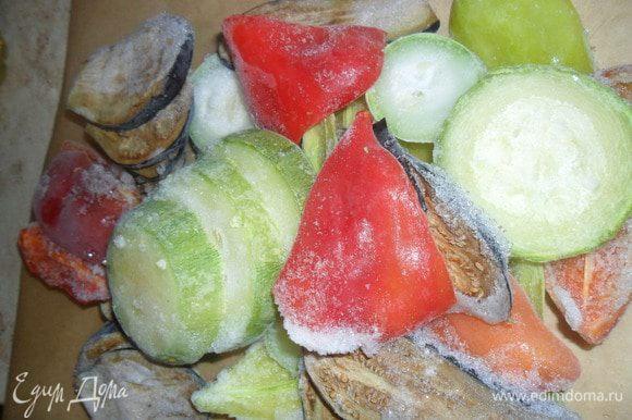 Включаем духовку на режим гриль. Овощи, не размораживая, кладем на противень. Слегка поливаем растительным маслом. Как духовка нагреется, отправляем туда наши овощи. Через 5 минут их нужно вилкой отсоединить один от другого.