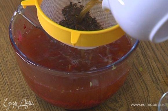 В чай с желатином влить лимонный сок, перемешать, затем процедить через сито и влить к малине.