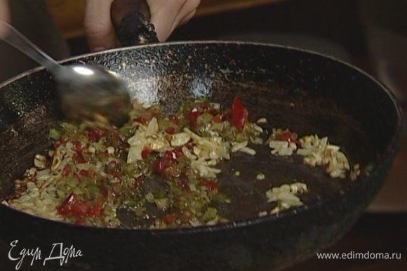 Добавить натертые помидоры к баклажанам, посолить и тушить еще 2−3 минуты.