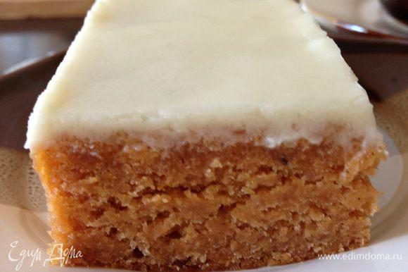Или глазурь, как в этом пироге. http://www.edimdoma.ru/retsepty/67112-pryanyy-tomatnyy-pirog-pod-nezhnoy-glazuryu-iz-slivochnogo-syra. А можно просто забурболить с вареньем и ударить по фигуре!:)