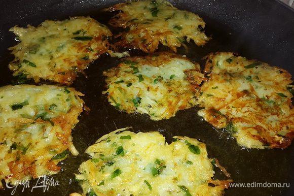 Разогреваем в сковороде оливковое масло и выкладываем нашу смесь с помощью столовой ложки, разравнивая и придавая форму оладушек. Обжариваем до золотистой корочки с двух сторон.