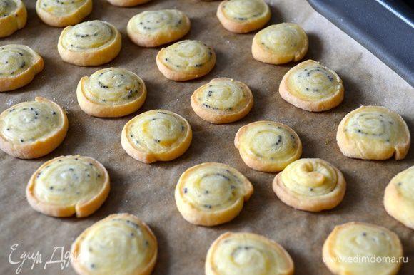 Выпекать 10-12 минут до слегка золотистого цвета. Готовое мини-печенье достать из духовки и остудить.