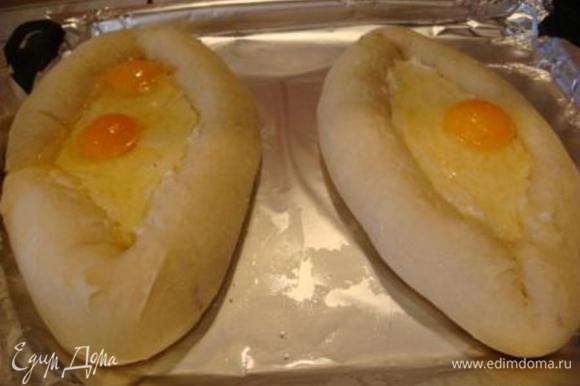 После достаем и разбиваем яйцо (у меня мелкие яйца и одна получилась чуть больше, поэтому в одной 2).