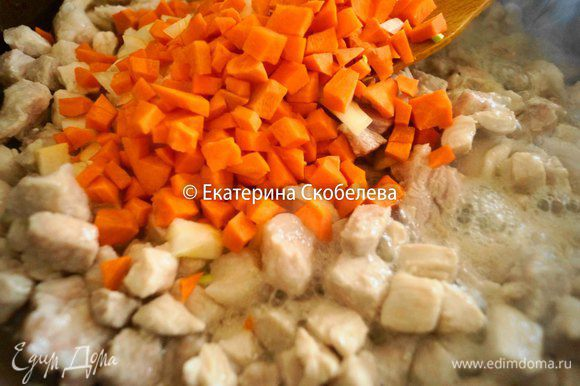 Добавить морковь, лук и тушить на медленном огне минуть 10.