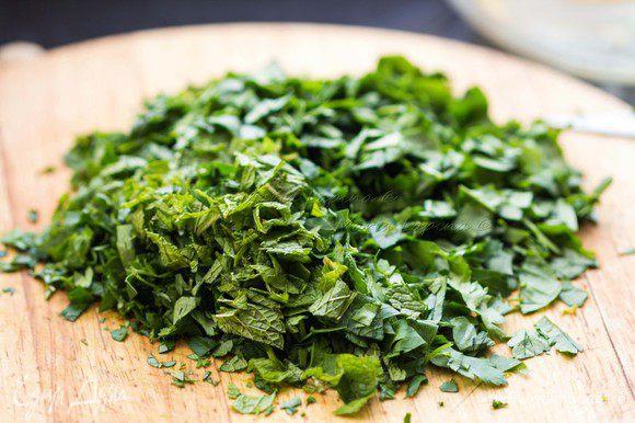Зелень и лук помыть, убрать жесткие стебли, мелко нашинковать. Если будете использовать мяту, будьте аккуратней. Не следует добавлять её много, чтобы она не перебила вкус другой зелени.