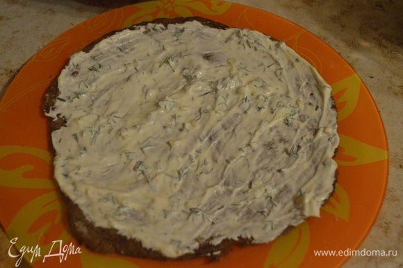 Собираем наш тортик: Сперва на корж идет сметанно-майонезный соус (~1.5 ст. л.).