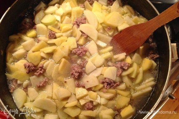 Картофель нарезаем на тонкие четвертинки и кладем в кастрюлю, тоже варим 5 мин.