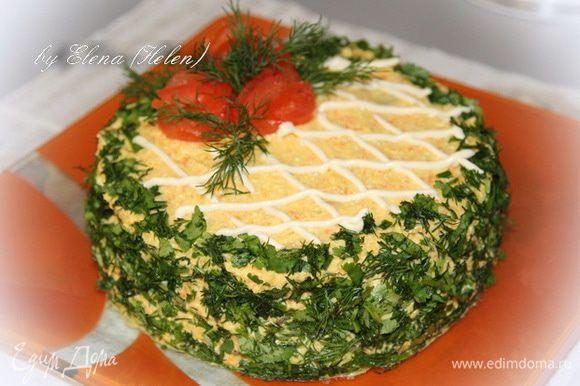 Далее собираем тортик: Каждый блинчик промазываем кремом и укладываем друг на друга. Затем кремом обмазываем и бока нашего тортика. Украшаем по желанию. У меня зелень и помидорные розочки.