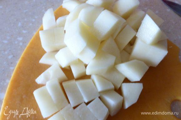 Одновременно кладем в бульон картофель (2-3 шт.), порезанный небольшими кубиками.