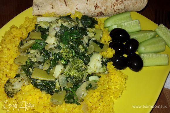 """Выложить на тарелки кускус, сделать в нём """"ямку"""" и в неё выложить зеленый микс. Приятного аппетита!"""