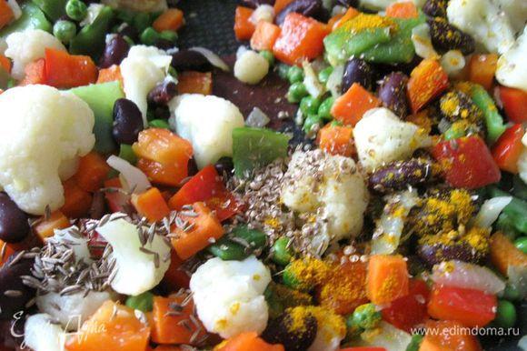 Приправить блюдо измельченными в ступке семенами кориандра, кумином, красным острым молотым перцем, куркумой и солью. Приправ можно взять чуть больше, чем у меня.