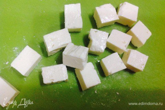 Пока наши лепешки высыхают и принимают форму красивых корзиночек, мы готовим сырные кубики для начинки. Брынзу нарезать на кубики.
