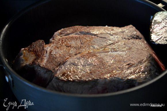 На сковороде или в кастрюле с толстым дном обжарить на растительном масле кусок говядины шейная часть с 2-ух сторон по 3 минуты сторона.