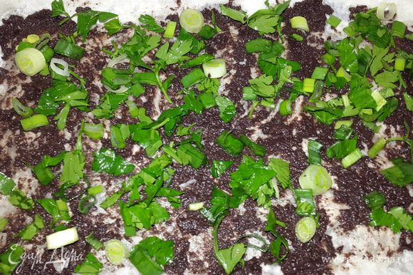 Посыпать рубленной зеленью и накрыть еще одной частью лаваша.