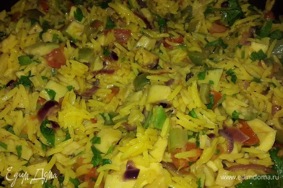 Соединяем рис с овощами, добавляем половину мелко-рубленной петрушки, перемешиваем, тушим 2 минуты и выключаем.